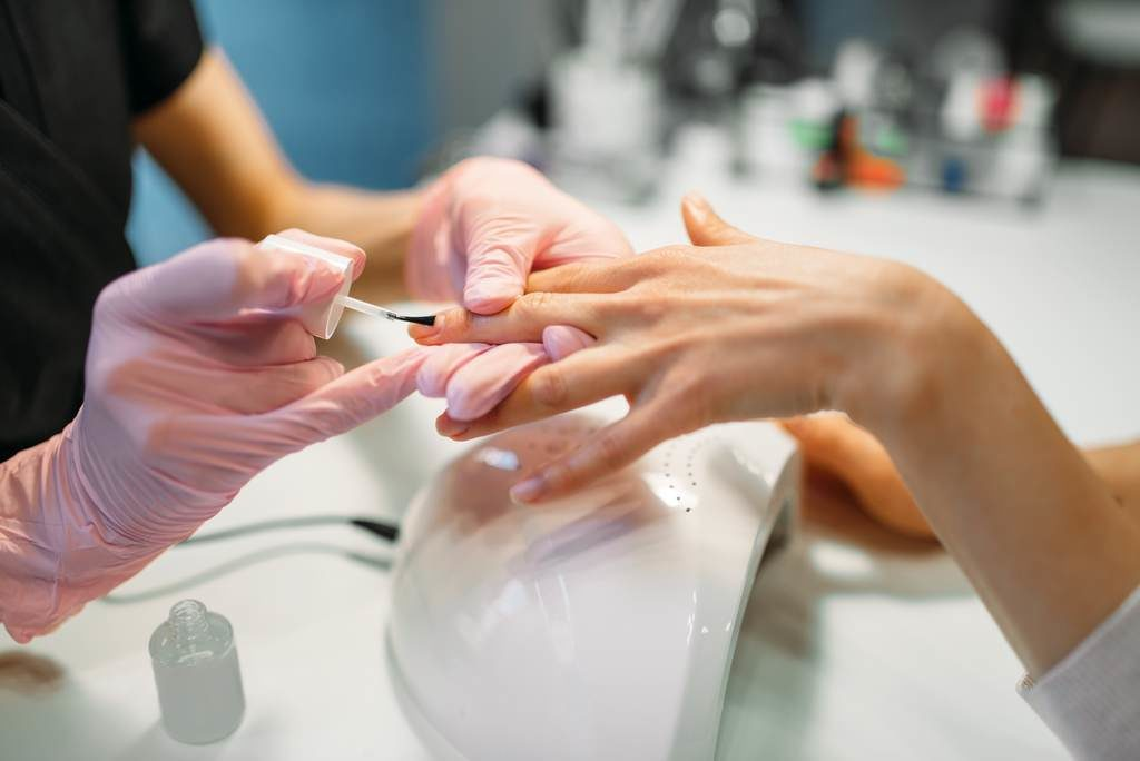 Wykonywanie zabiegu w ramach kursu manicure hybrydowy